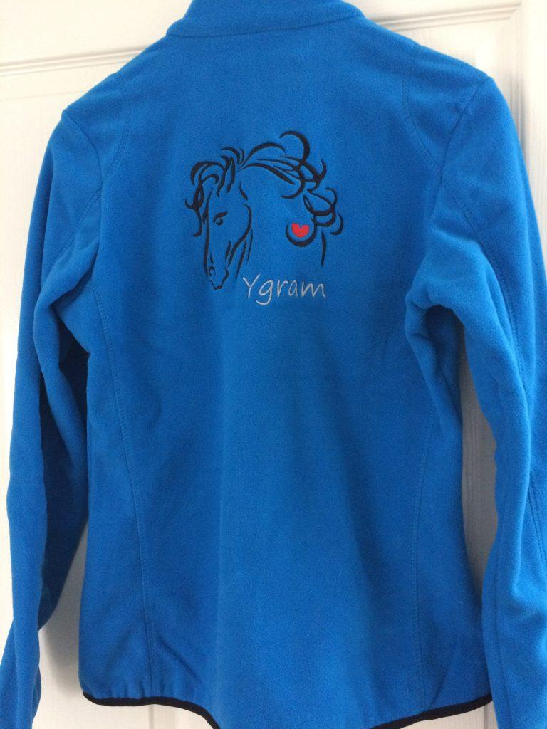 Paardensport, fleecevest, gepersonaliseerd met tekst en logo, door ZijHaven3, borduurstudio Lemmer
