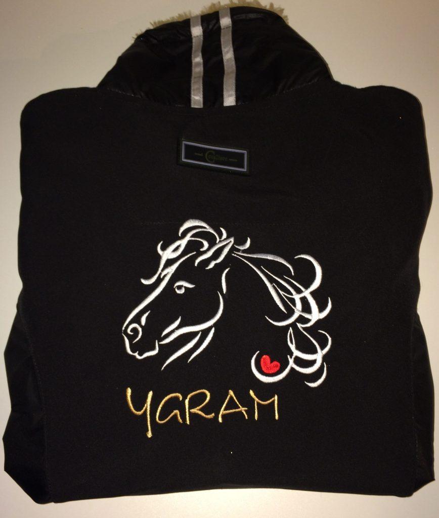 Paardensport, softshell gepersonaliseerd met naam en logo, door ZijHaven3, borduurstudio Lemmer