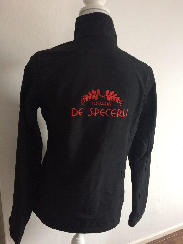 Bedrijfskleding, Softshell met bedrijfslogo, restaurant De Specerij, door ZijHaven3, borduurstudio Lemmer