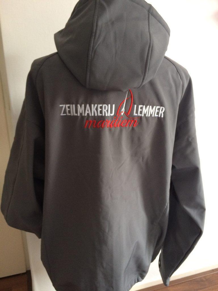 Bedrijfskleding, softshell met logo Zeilmakerij Lemmer maritiem, door ZijHaven3, borduurstudio Lemmer