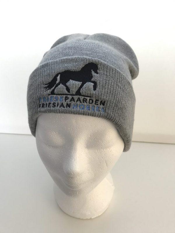 Paardensport, Muts beanie gemeleerd grijs met logo voorzijde Friese Paarden / Friesian Horses, van ZijHaven3,bordurrstudio Lemmer