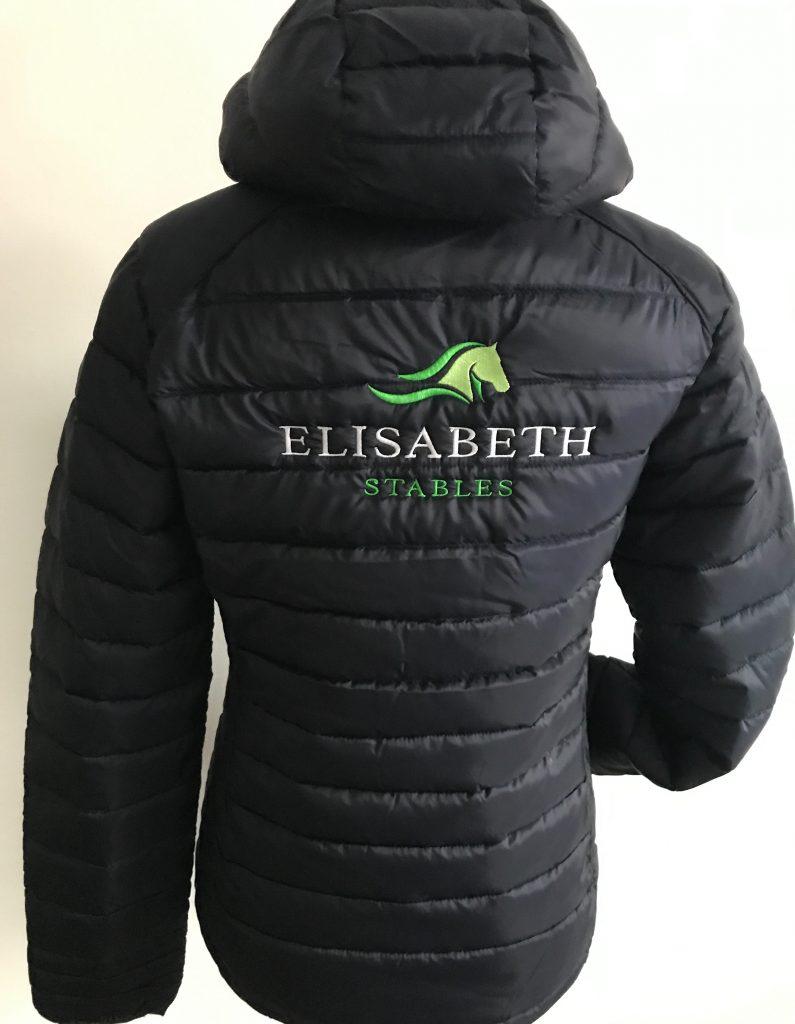 Equestrian sport, quilted jacket with logo Elisabeth Stables, by ZijHaven3, borduurstudio Lemmer