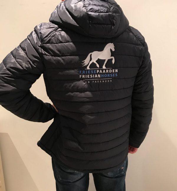 Paardensport, gewatteerd heren jack met logo Friese Paarden / Friesian Horses, van ZijHaven3,bordurrstudio Lemmer