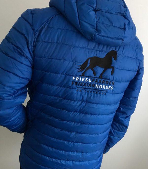 Paardensport, gewatteerd heren jack, kobalt, Friese Paarden / Friesian Horses, door ZijHaven3, borduurstudio Lemmer