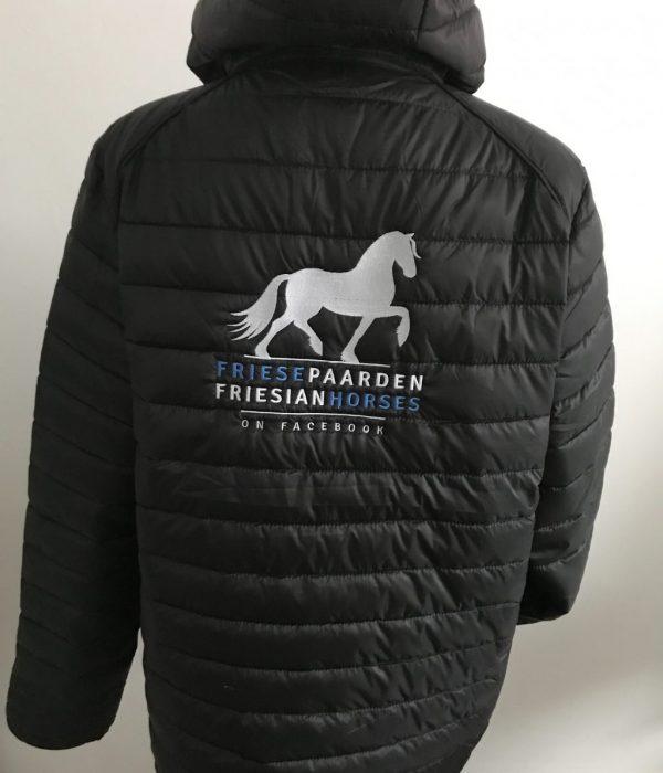 Paardensport, gewatteerd dames jack, zwart, Friese Paarden / Friesian Horses, door ZijHaven3, borduurstudio Lemmer