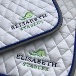 Paardensport, sjabrak met logo Elisabeth stables, door ZijHaven3, borduurstudio Lemmer