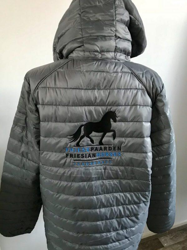 Paardensport, gewatteerd heren jack, grijs, Friese Paarden / Friesian Horses, door ZijHaven3, borduurstudio Lemmer