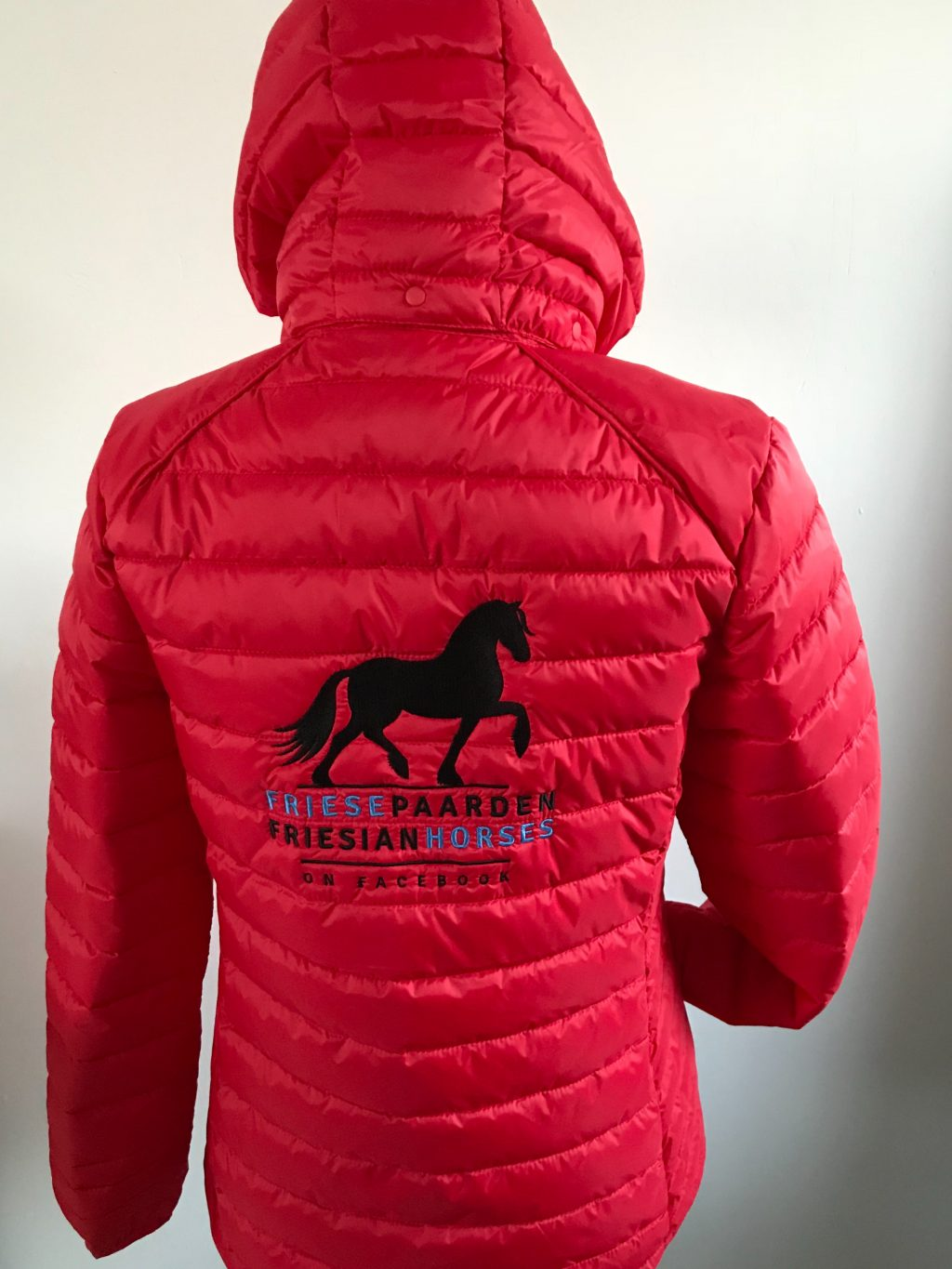 Equestrian sport, quilted mens jacked, red, Friese Paarden / Friesian Horses, by ZijHaven3, borduurstudio Lemmer