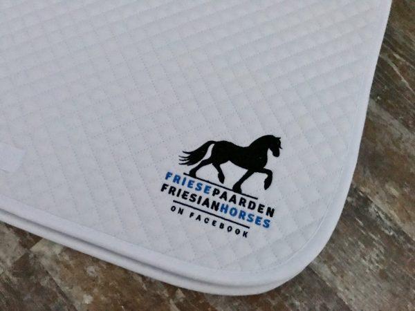 Zadeldek Dressuur, met logo Fries Paarden / Friesian Horses, door ZijHaven3, borduurstudio Lemmer