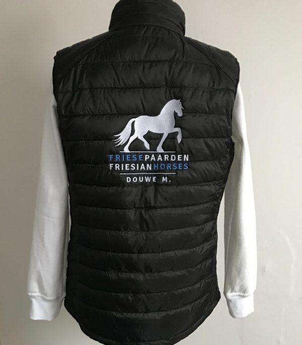 Bodywarmer, black, met logo Friese Paarden / Friesian Horses door ZijHaven3, borduurstudio Lemmer