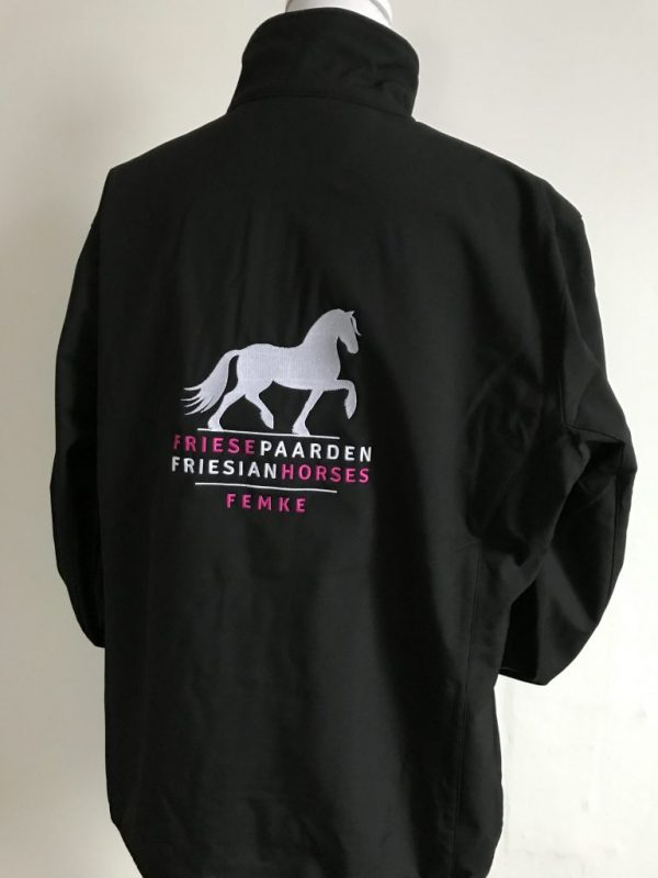 Special Softshell Jacket dames, zwart, met het logo Fries Paarden / Friesian Horses, door ZijHaven3, borduurstudio Lemmer