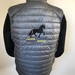Paardensport, gepersonaliseerde bodywarmer met logo Friese Paarden / Frisian Horses, door ZijHaven3, borduurstudio Lemmer