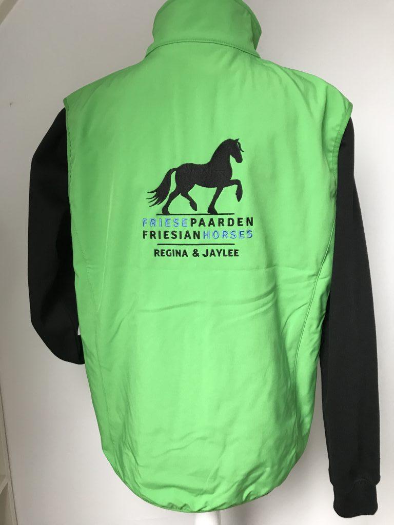 Softshell bodywarmer dames, appelgroen, met logo Friese Paarden / Friesian horses, door ZijHaven3, borduurstudio Lemmer