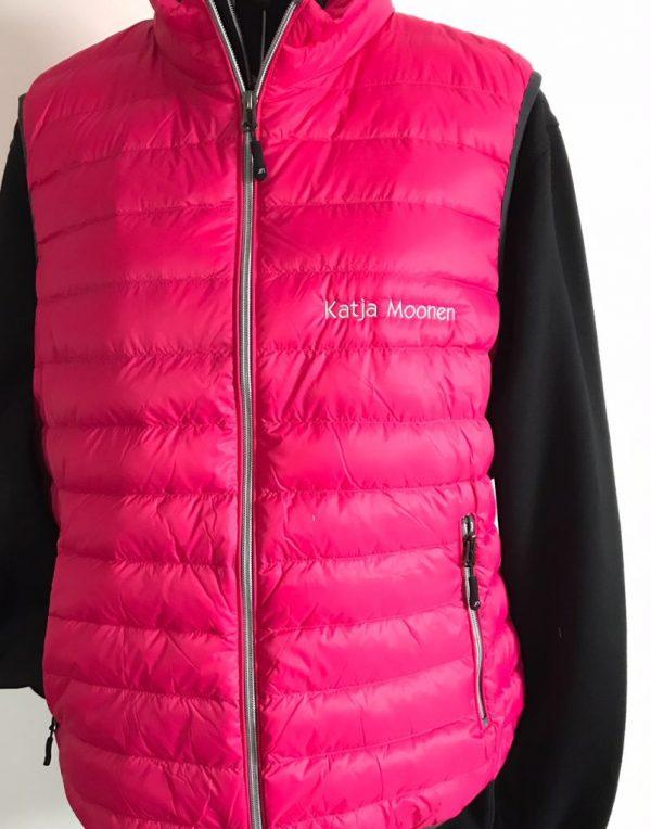 Ladies Down vest, pink, with logo Friese Paarden/Friesian Horses, by ZijHaven3, borduurstudio Lemmer
