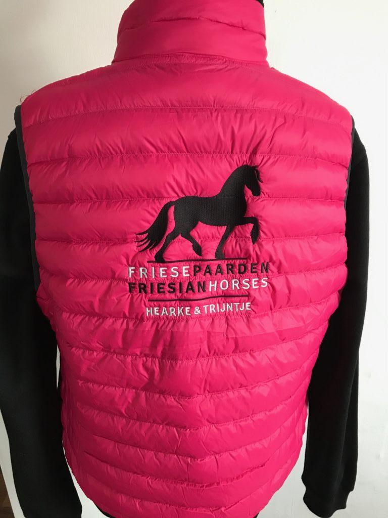 Dames bodywarmer, dons gevuld, roze, met logo Friese Paarden/Friesian Horses door ZijHaven3, borduurstudio Lemmer