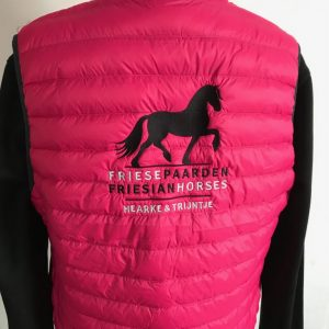 Ladies Down vest, pink, with logo Friese Paarden/Friesian Horses, by ZijHaven3, borduurstudio Lemmer
