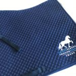 Zadeldek, full dressuur, met logo Friese Paarden / Friesian Horses, door ZijHaven3, borduurstudio Lemmer
