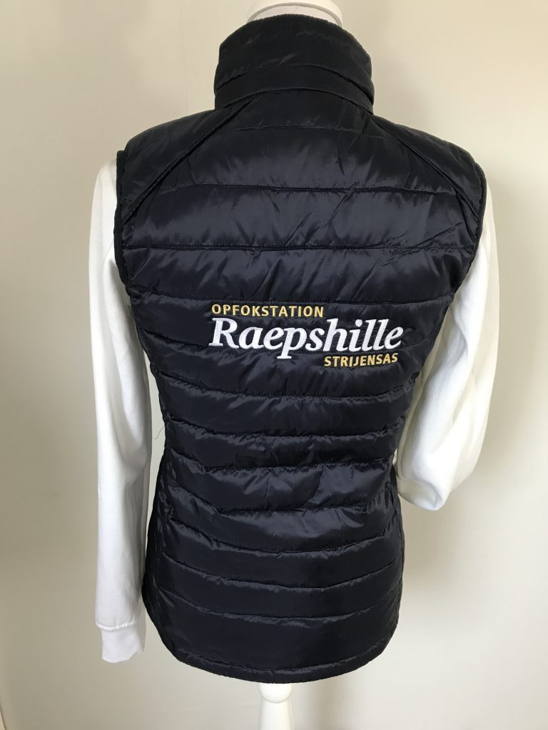 Equestrian sports, quilted ladies vest, with logo opfokstation Raepshille Strijensas, by ZijHaven3, borduurstudio Lemmer
