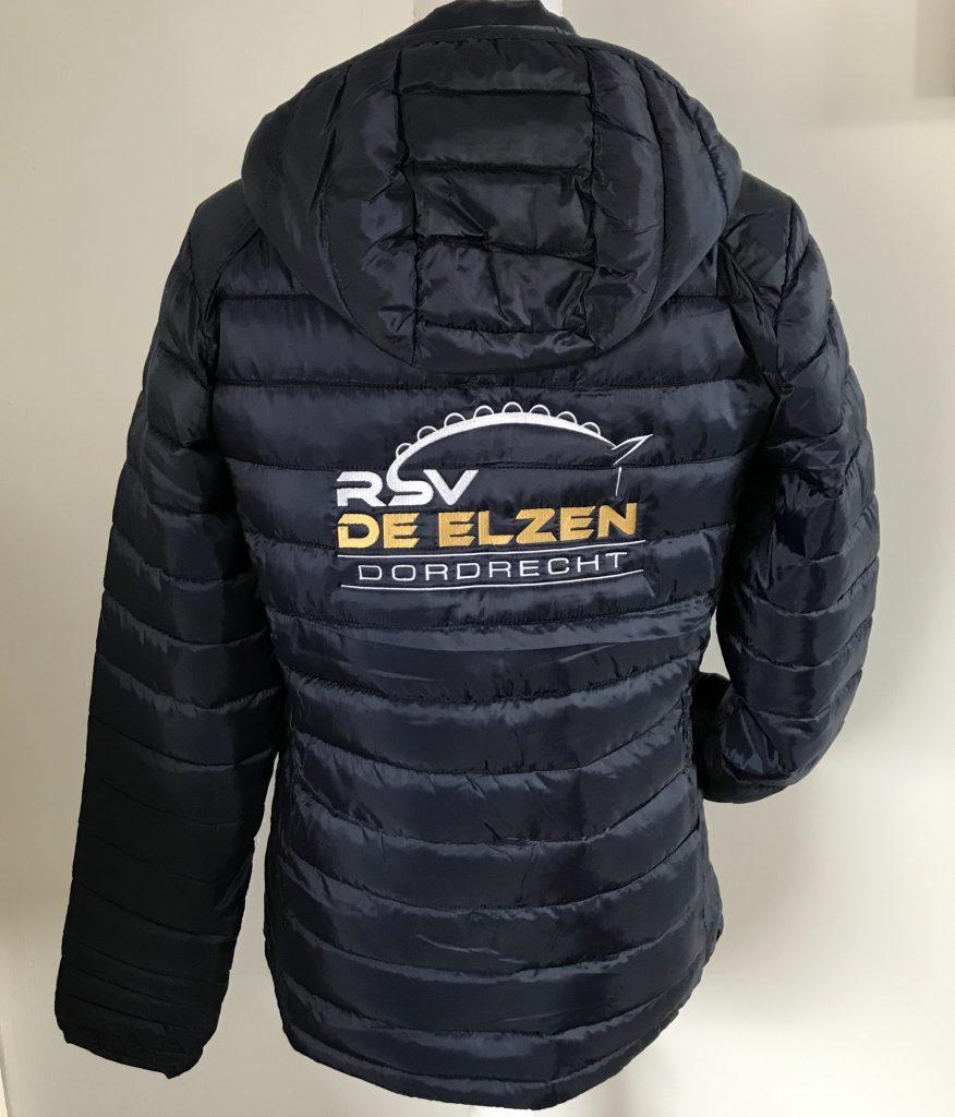 Gewatteerd jack, Ruiter Sport Vereniging de Elzen, door ZijHaven3, borduurstudio Lemmer
