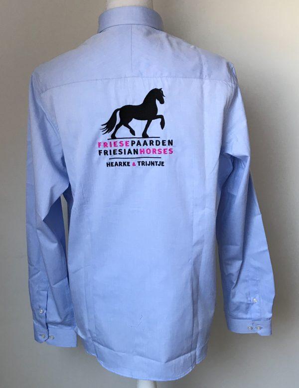 Dames shirt, licht blauw, met logo Fries Paarden / Frisian Horses door ZijHaven3, borduurstudio Lemmer