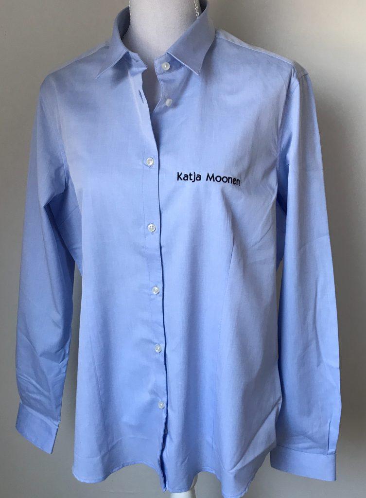 Gepersonaliseerd Dames shirt, licht blauw, met logo Fries Paarden / Frisian Horses door ZijHaven3, borduurstudio Lemmer