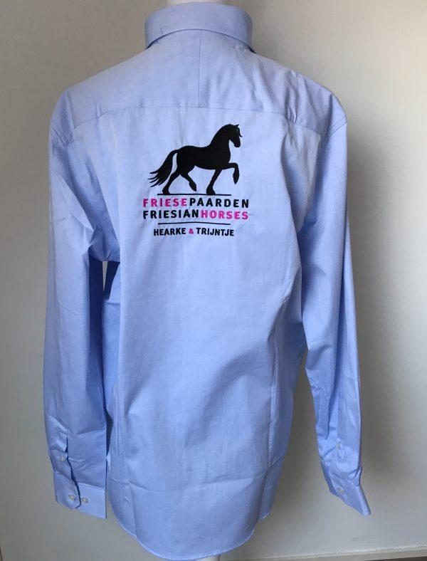 Heren shirt, licht blauw, met logo Fries Paarden / Frisian Horses door ZijHaven3, borduurstudio Lemmer