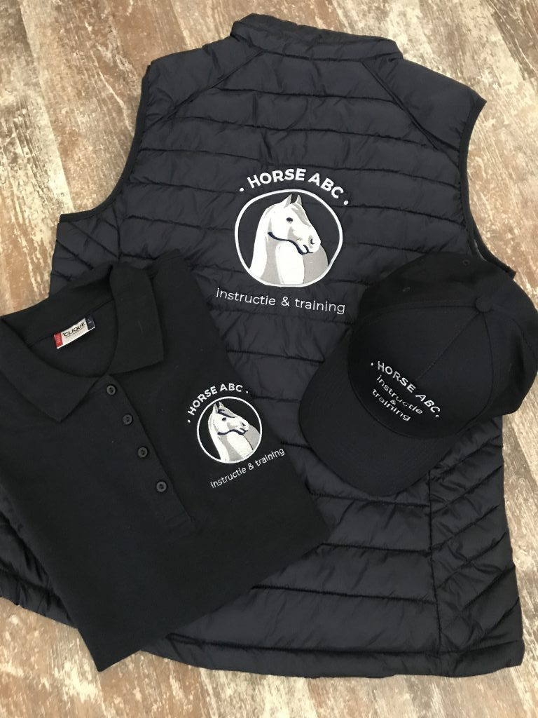Paardensport, polo, bodywarmer en cap met logo, door ZijHaven3, borduurstudio Lemmer