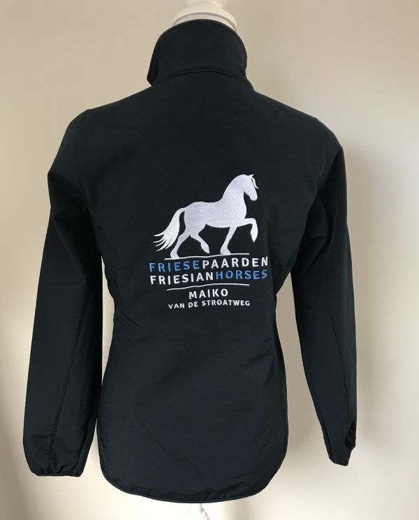 Softshell ladies jacket, black, with Fries Paarden / Friesian Horses logo, by ZijHaven3, borduurstudio Lemmer