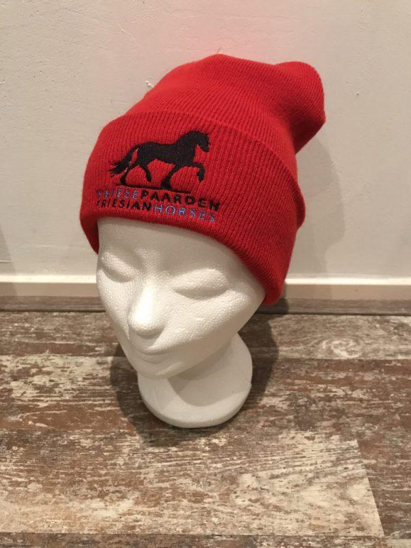 Muts, rood, met logo Friese Paarden / Friesian Horses, door ZijHaven3, borduurstudio Lemmer