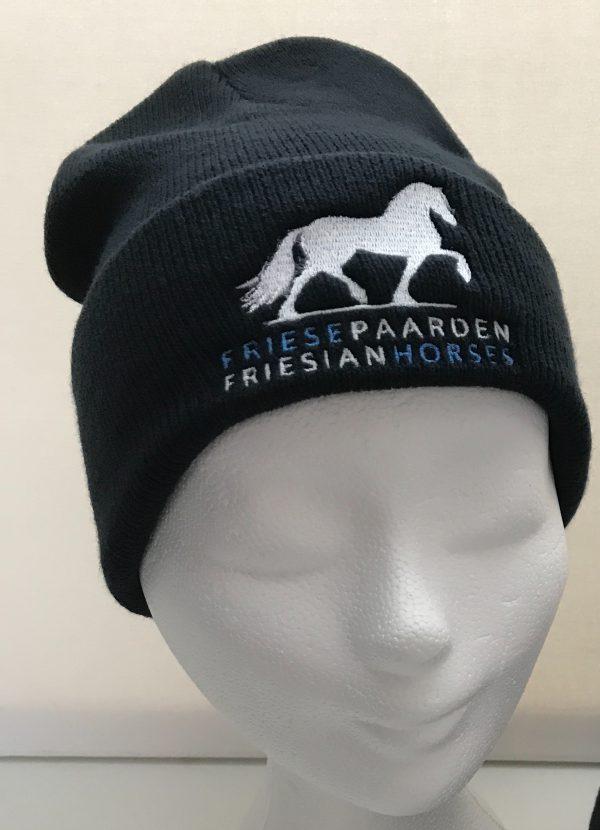 Muts, zwart, met logo Friese Paarden / Friesian Horses, door ZijHaven3, borduurstudio Lemmer