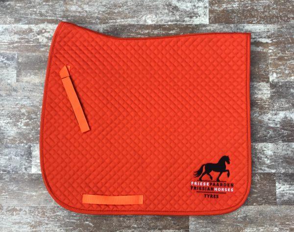Zadeldek met het logo van Friese Paarden/Friesian Horses logo, door ZijHaven3, borduurstudio Lemmer