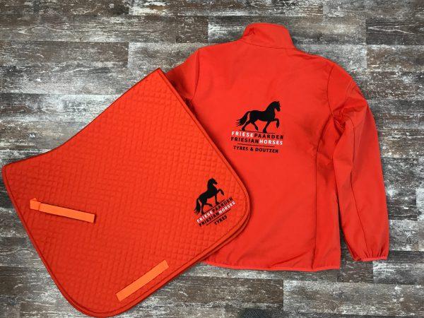 Zadeldek en bijpassende softshell met het logo van Friese Paarden/Friesian Horses logo, door ZijHaven3, borduurstudio Lemmer