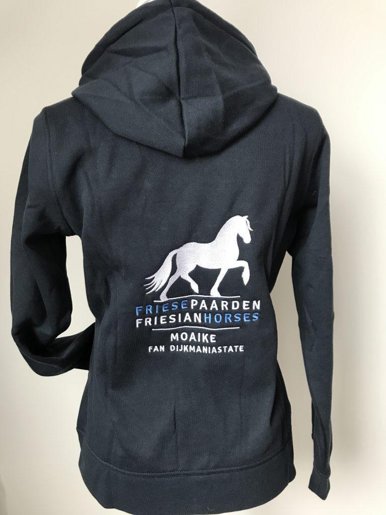 Hoody vest, dames, dark navy, met logo Friese Paarden/Friesian Horses, door ZijHaven3 borduurstudio Lemmer