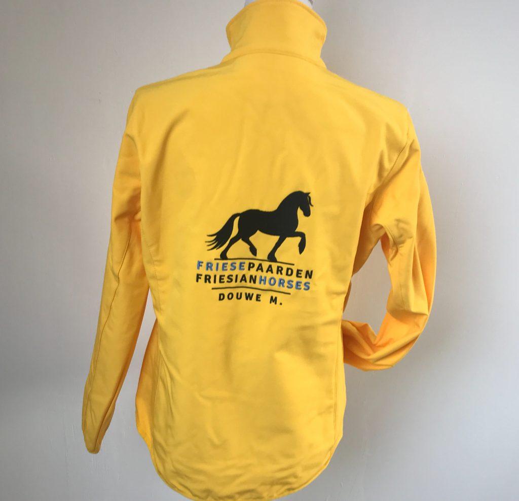 Softshell jack, dames, geel, met logo Friese Paarden/Friesian Horses, door ZijHaven3 borduurstudio Lemmer