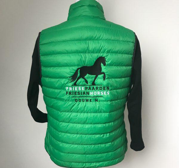 Gewatteerde bodywarmer, dames, appelgroen, met logo Friese Paarden/Friesian Horses, door ZijHaven3 borduurstudio Lemmer